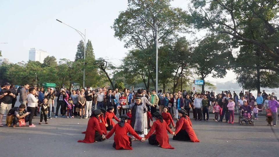 Đoàn hát xoan của bà Nguyễn Thị Lịch biểu diễn ở phố đi bộ Bờ Hồ