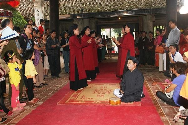 Bà Nguyễn Thị Lịch trình diễn hát xoan tại đền Hùng Lô