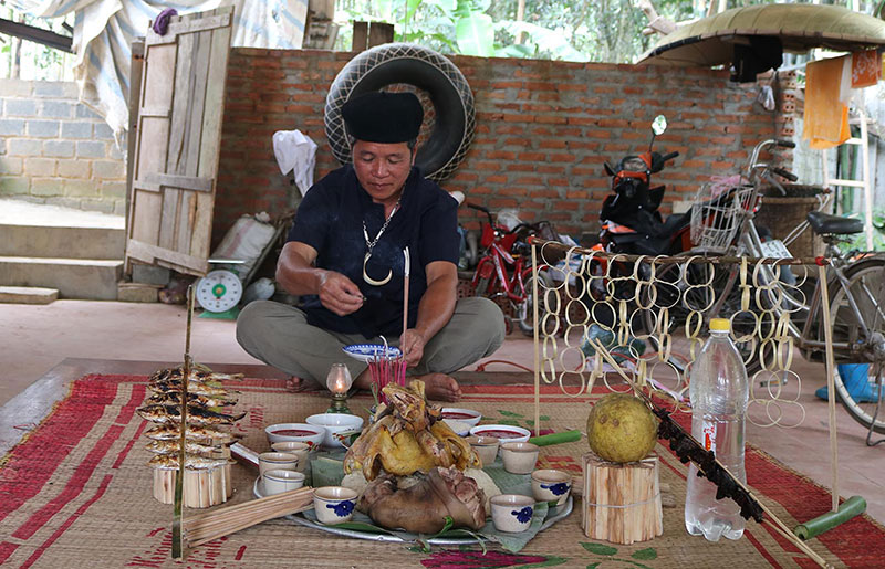 """Ông Đinh Văn Hòa-người Mường (Khả Cửu) thực hiện nghi lễ  """"đóng cửa rừng""""."""