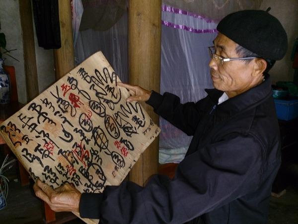 Ông Đinh Công Dự và những bằng sắc cổ của dòng họ truyền lại những lời răn dạy con cháu tôn kính Mẫu khuyển.