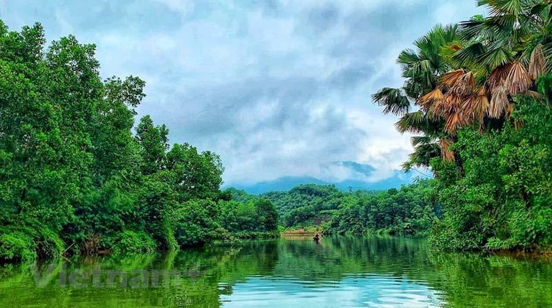 Khung cảnh sóng nước mênh mông tiệp màu với núi non hùng vĩ, khiến đầm Vân Hội được ví như Hạ Long thu nhỏ của miền trung du Phú Thọ.