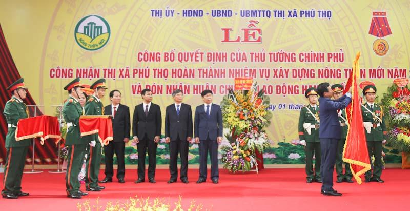 Thị xã Phú Thọ nhận Huân chương lao động hạng nhất