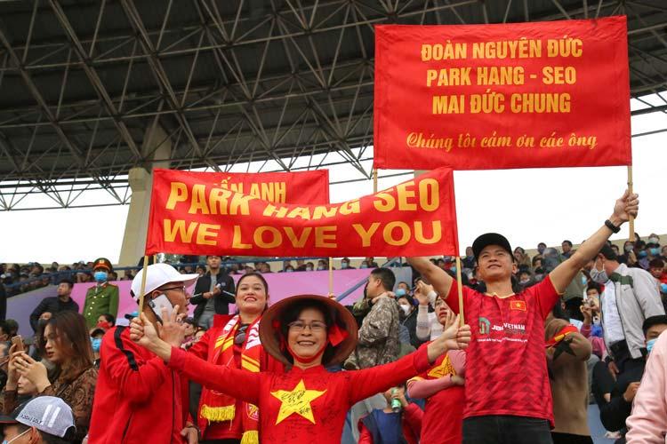 Gần 20.000 cổ động viên tham gia cổ vũ trong trận giao hữu đã tạo nên một ngày hội bóng đá trên quê hương Đất Tổ