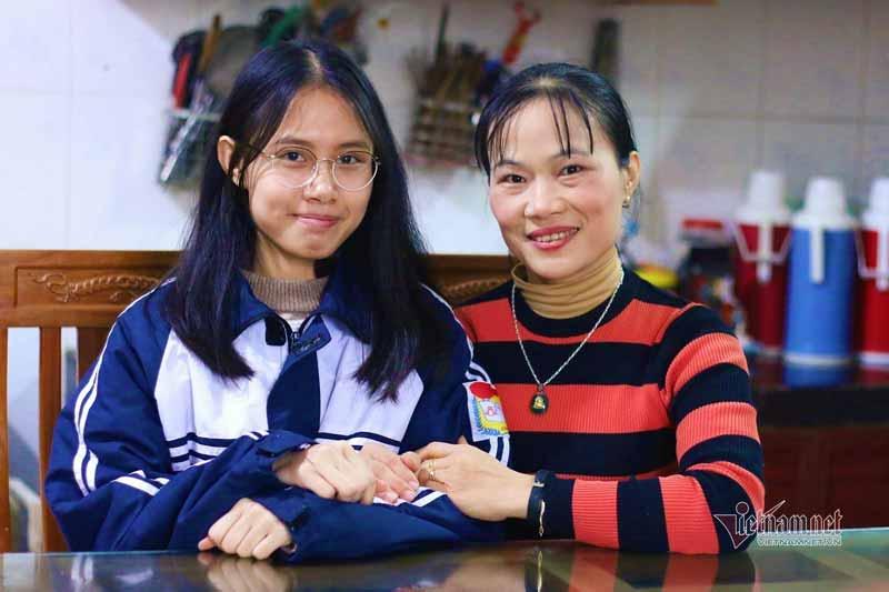 Nữ sinh Nguyễn Thị Thu Nga và cô giáo Vũ Thị Hạnh. Ảnh: Thanh Hùng