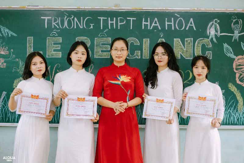 Em Trần Thu Nhật (thứ hai từ trái sang) cùng cô giáo chủ nhiệm và các bạn nhận giấy khen trong buổi bế giảng năm học